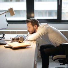 Studiu: Unul din cinci angajati se simte deprimat din cauza pandemiei