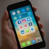 Poate fi concediat un angajat pentru postarile de pe social media
