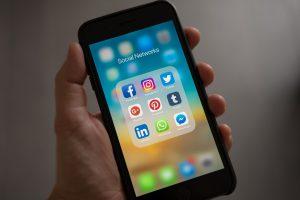 Poti da un angajat afara pentru postarile pe social media
